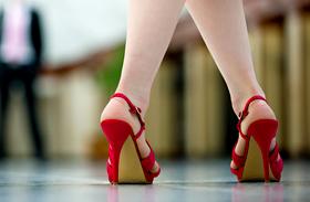 7 trendi, színes magas sarkú cipő 10 ezer forint alatt: itt vedd meg őket!