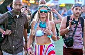 Többet takart a nyaklánca, mint a pólója: Paris Hilton így fesztiválozik - A Coachella legfeltűnőbb sztárruhái