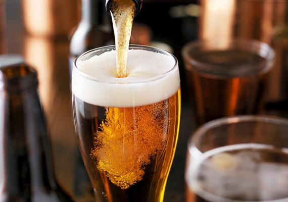 A sör 2-6%-os alkoholtartalmával az ártalmatlanabb alkoholos italok közé tartozik, ha lehet ilyet mondani, ha azonban túl sokat iszik meg belőle az ember, ugyanolyan káros lehet, mint a töményebb italok, ennek szempontjából ugyanis a tiszta alkohol mennyisége számít. Vannak kutatások, melyek szerint kis mennyiségben a sör még véd is bizonyos betegségektől - erről ide kattintva olvashatsz bővebben -, fontos azonban tudni, hogy felfúvódást és puffadást okozhat, szénhidráttartalma miatt pedig könnyű elhízni tőle - bár ez más alkoholos italok esetében is igaz. Vannak továbbá, akik érzékenyek lehetnek bizonyos élesztőkre, reflux esetében pedig tovább súlyosbíthatja a tüneteket a fogyasztása. Bár utóbbi az alkoholra általában véve is igaz, a szénsav miatt a sörre különösen.