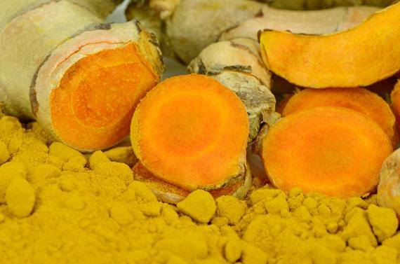 Az élet fűszereként is ismert kurkuma jótékony hatásairól szintén hosszú a lista. Sárga festékanyaga, a kurkumin az egyik legerősebb gyulladáscsökkentő és gyulladásmegelőző szer, de ennek köszönhető antioxidáns és antikarcinogén hatása is. Méregteleníti az emésztő- és kiválasztó szervrendszert, emellett vírusölő és immunerősítő hatása is fontos.
