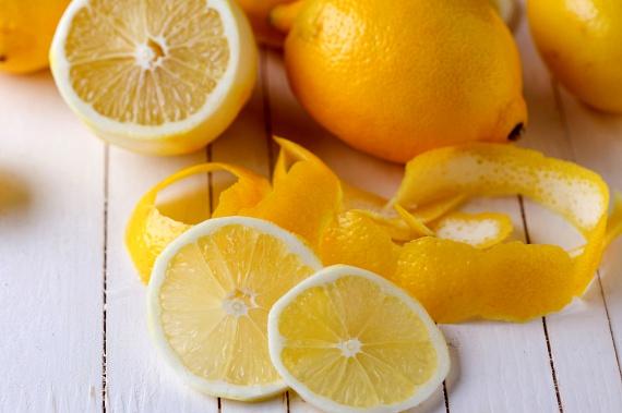 A citrusok igen nagy mennyiségben tartalmaznak C-vitamint, melynek hosszú távú bevitele képes óvni a bőrt a napozás ártalmaitól, mindemellett limonént is tartalmaznak, mely csökkentheti a bőrrák kialakulásának kockázatát is.
