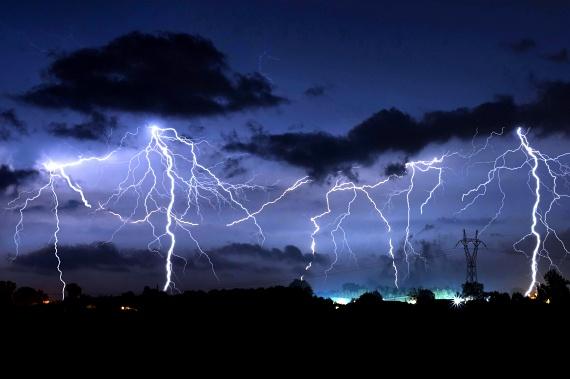 Ha kint vihar tombol, vagyis dörög az ég, és villámlik, a szakértők szerint érdemes elkerülnöd a vizes helyiségeket, lehetőleg ne zuhanyozz, ne fürödj és ne mosogass, csakúgy, ahogy az elektromos eszközök használatát is érdemes kerülnöd, a cső- és vezetékrendszert ugyanis a cikk szerint egy esetleges villámcsapás nem mindig hagyja érintetlenül.