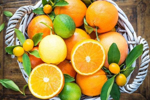 A C-vitamin szintén elemi fontosságú a megfelelő anyagcsere és az energiatermelő folyamatok szempontjából, így érdemes odafigyelni arra, hogy C-vitaminban minél gazdagabb táplálékokat vigyél be szervezetedbe, amire remek lehetőséget biztosítanak például a citrusok is.