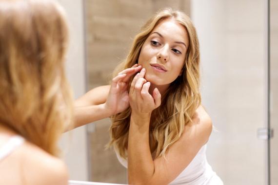 A menta a bőrrel és a hajjal is csodát tehet, a benne található anyagok ugyanis összehúzzák a pórusokat, csökkentik a gyulladásokat, és serkentik a vérkeringést is. A mentás készítmények a haj esetében csökkenthetik a korpásodás mértékét, és serkenthetik a hajnövekedést is. Számos szépségápoló szer tartalmaz mentát hatóanyagként, de házi módszerrel is vitalizálhatod a bőröd, ha nagyon apróra vágod a mentaleveleket, majd cukorral kevered össze, és ezzel radírozod át gyengéden a bőröd.