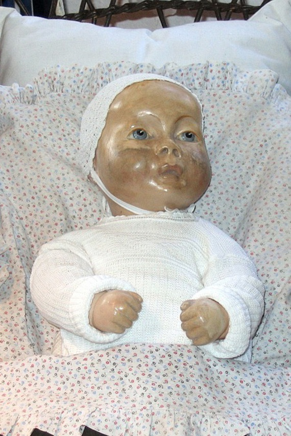 Pupa                         1920-ban, emberi haj felhasználásával készítették a képen látható babát, melynek neve Pupa, és amelynek minden eddigi tulajdonosa azt mondta, él. Legutóbbi tulajdonosa 2005-ben halt meg, aki azt állította, a baba a barátja volt. Amióta azonban ő már nem él, a baba agresszívvá válhatott, ugyanis rémisztő dolgok történnek körülötte: éjjelente hallani, ahogy az ablak felé beszél, sőt, állítólag meg is kopogtatta már az üvegét.