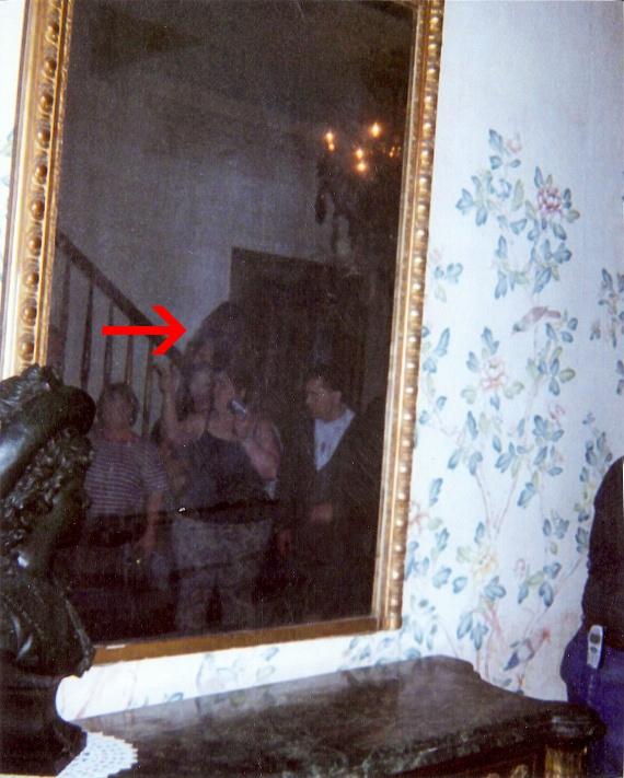 Ugyanebben a tükörben fotózták: ha megfigyeled, a turisták mögötti lépcsőn mintha egy sötét kísértetalak állna. Hátborzongató, de a következő képen látható fehér ruhás szellem fotója vetekszik ezzel.