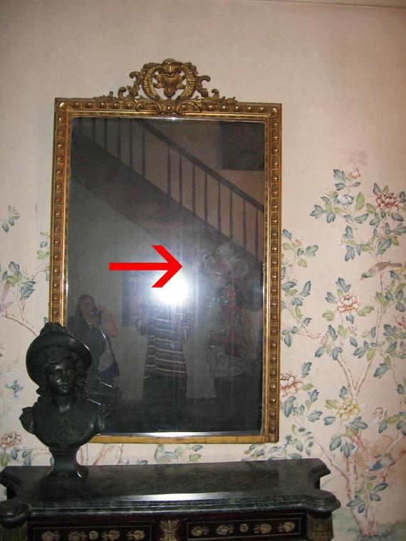 Erről a tükörről azt mondják, anya és gyermeke szelleme lakhatja. Többen állítják, látták a tükörben a két szellemet, a tükör felületén pedig gyerekkéznyomokat is felfedeztek. Ami ennél is ijesztőbb, az a következő fotón megörökített kísértetalak.
