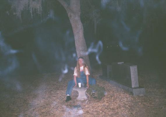 Ocalában, Floridában készült a kép egy temetőben. A nő, aki a képen látható, mosolyogva pózol, később azonban maga is meglepődhetett. Elmondása szerint a kattintás előtt pár percig hívta a szellemeket, majd férje fotózott.