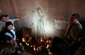 Szűz Mária falon