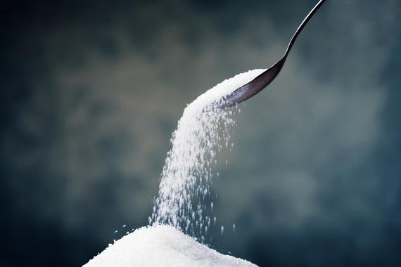 A cukor nemcsak jelentős kalóriaforrás, de túlzott fogyasztása a máj elzsírosodásához, cukorbetegséghez, szívproblémákhoz és súlyos elhízáshoz vezethet. Az American Heart Association ajánlása ezért az, hogy ne fogyassz 25 grammnál - nagyjából hat teáskanálnál - több cukrot naponta, ami 100 kalóriának felel meg.