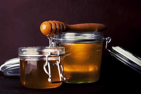 A méz kalóriatartalma valamivel szerényebb a cukorénál: 100 grammban 300 kalória található. Glikémiás indexe azonban ennek is magas. Előnye a méznek gyulladáscsökkentő, antibakteriális hatása, amely segíthet a túlsúly által a szervezetben okozott gyulladás enyhítésében, ám ennek ellenére is jobb, ha csak mértékkel alkalmazod édesítésre.