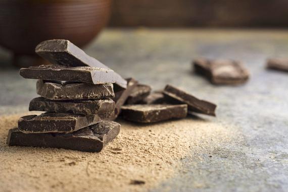 A csokoládét sok diéta tiltja, ám ez nem vonatkozik feltétlenül minden csokira. Jelentős különbség van az olcsó, alacsony kakaótartalmú tejcsokoládé és a tápanyagokban gazdag, 80% kakaótartalom feletti sötét csoki közt. Ebben a hozzáadott cukor helyett antioxidánsokat találsz, sőt, vérnyomást csökkentő, inzulinérzékenységet javító anyagokat is, némi boldogsággal kombinálva. Csak ne egyél belőle egyszerre néhány kockánál többet!