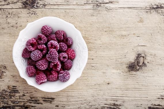 Ha egy kis üdítő édességre vágysz a nap végén, fogyaszthatsz fagyasztott bogyós gyümölcsöket, melyek ugyanannyi antioxidánst és vitamint tartalmaznak, mint nyers társaik. A fogyókúra ideje alatt leginkább az eper, a málna és az áfonya ajánlott rost- és antioxidáns-tartalmuk miatt, ám a cukros tejszínhabot inkább mellőzd.