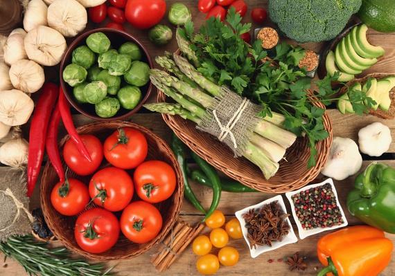 Vedd figyelembe, melyik étel meddig tartható el. A leveles zöldségek és a bogyós gyümölcsök például gyakran csak napokig állnak el, így salátát, turmixokat legfeljebb pár napra előre készíts, ám húsételeket, leveseket, köreteket nyugodtan fagyaszthatsz.