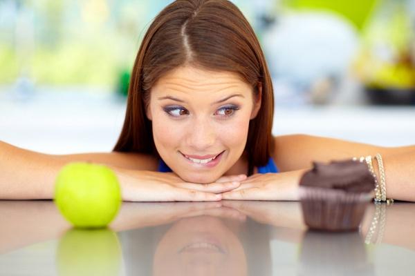 A tapasztalatok alapján állíts össze egy saját, kiegyensúlyozott étrendet. Arányaiban nagyjából 90%-ban olyan ételek szerepeljenek, amelyek egészségesek és diétásak, míg 10%-ban fogyassz olyasmit, ami viszonylag kalóriaszegény, de a legfontosabb, hogy jókedvre derít. Így nem válik a számodra kevésbé kedves ételek miatt szenvedéssé a diéta.