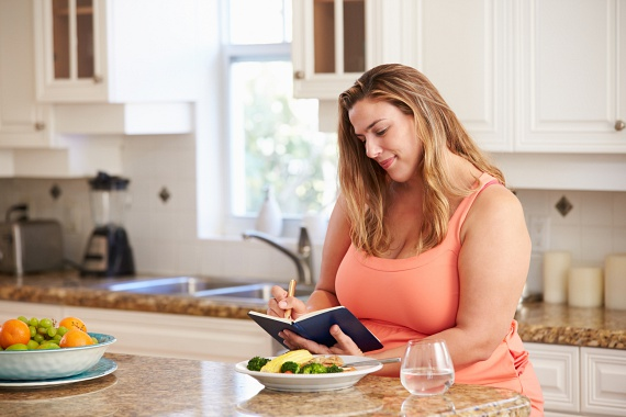 Ételnaplót írni ugyan nem túl izgalmas, mégis nagyon megkönnyítheti akár egy hét önmegfigyelés a fogyókúrádat. Jegyezd fel rendszeresen, mit ettél, és milyen hangulatban voltál utána, így könnyen megtalálhatod az egészséges ételeket, amelyek fogyasztásával energikusnak és vidámnak érzed magadat a diéta alatt!