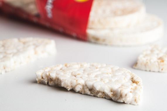 A puffasztott rizs gyakran szóba kerül mint kenyérpótló, ám nem ez az egyetlen lehetséges puffasztott megoldás. A hozzá nagyon hasonló ízű, puffasztott búzából készült lapok glikémiás indexe alacsonyabb, mint a rizsé, így ha minden ponton maximalizálni szeretnéd a fogyást, akkor inkább ezt válaszd.
