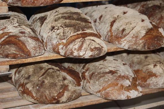 A rozskenyér vagy teljes kiőrlésű kenyér ugyan nagyjából ugyanannyi kalóriát tartalmaz, mint a fehér, ám más mutatói nagyban eltérnek. A fehér kenyér rosttartalma alacsony, így nem telíti el a gyomrod, és többet eszel belőle. Ezzel szemben a glikémiás indexe magas, ami nagy kilengéseket eredményez a vércukorszintedben, azaz gyorsabban fogsz újra megéhezni. A fehér kenyér tehát nem önmagában hizlal, azonban a könnyebben újra feltámadó éhség már problémát jelent.