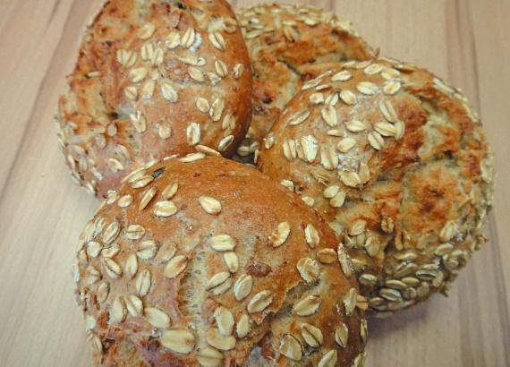 A szénhidrátfélék közül szintén érdemes beiktatni az agy számára is fontos tápanyagokkal szolgáló zabot. Ez is magas rosttartalma miatt segít a salaktalanításban, és számodra is hosszú időre teltségérzetet biztosít. A zabot eheted akár kenyérbe sütve, reggelire zabpehelyként vagy zabkása formájában, a hatása ugyanolyan nagyszerű!