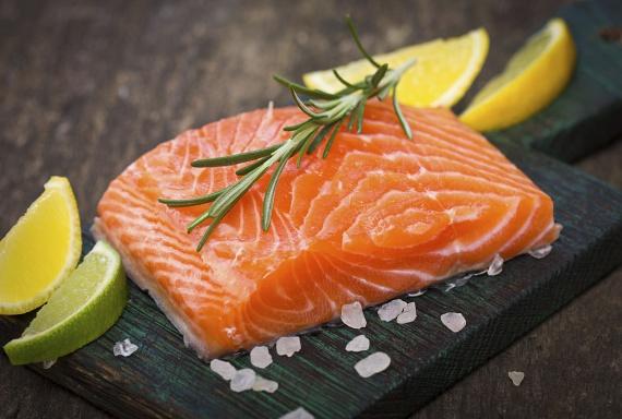 A lazac húsa nemcsak 19-23 gramm proteint tartalmaz, de omega-3 zsírsavakat és zsírban oldódó vitaminokat is. A jól ismert szuperételt éppen ezért érdemes időnként, nagyjából heti rendszerességgel ínyenc ebédek vagy szendvicskrémek formájában beiktatni az étrendedbe.