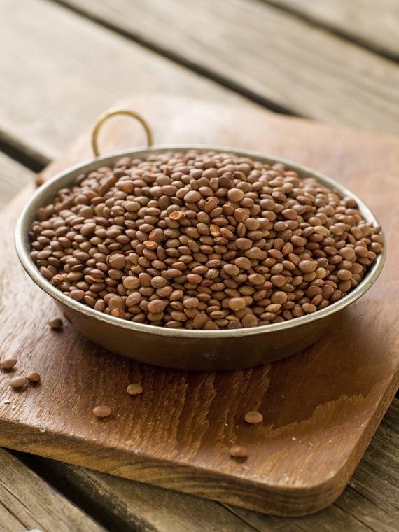 A lencse nemcsak 13 gramm fehérjével, de ásványi anyagokkal és laktató jellegével is hozzájárul a fogyáshoz. Bátran eheted salátákban, pürésítve, köretként vagy levesben bármelyik színváltozatot, ám érdemes a tápérték megőrzése miatt inkább a szárazat választani a konzerv helyett.