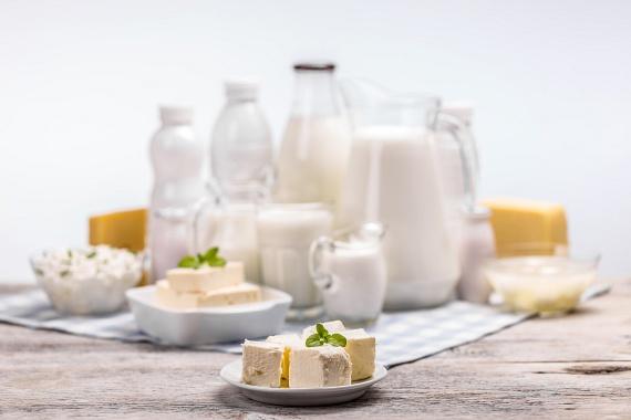 A tej poharanként nagyjából 8 gramm fehérjével látja el a szervezetedet, sőt, a zsírban oldódó A-, E- és D-vitaminokban is gazdag. Mivel azonban ez sokak számára emésztési problémákat okoz, a tejet az étrendedben akár görögjoghurtra is cserélheted, mely poharanként 23 gramm fehérjét és az emésztés számára hasznos baktériumokat tartalmaz.                         Fogyaszd ezeket reggel, délelőtt vagy edzés után, és könnyebben épülnek majd a feszes izmok.