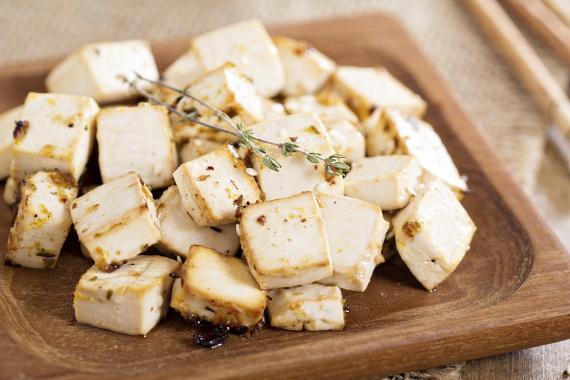 A szójatejből készülő tofu tökéletesen alkalmas az olyan napokon, amikor szeretnéd kihagyni a húst és az állati zsírokat. A kínai konyha alapvető élelmiszere ma már a nagyobb üzletek polcain könnyen elérhető, így a 12 grammos fehérjetartalommal rendelkező különlegesség akár a te étrendedbe is bekerülhet, főként a nap első felében érdemes fogyasztani.