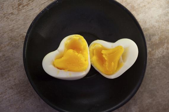 A tojás az egyik legnagyszerűbb fogyókúrás étel és fehérjeforrás egyben. Egy nagyobb tojás akár 6 gramm fehérjét is tartalmazhat, míg az omega-3-mal gazdagított tojások még többet tesznek az egészségedért.                         Fogyaszd őket omlett vagy frittata formájában egészséges reggeliként, vagy készíts uzsonnára főtt tojással, tojáskrémmel szendvicset, amely közvetlenül az edzés után fejti ki a legjobban a hatását.