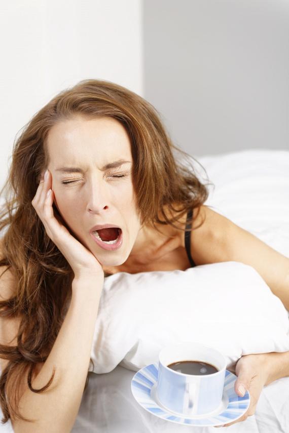 Az alváshiány és a testsúly növekedése két ponton is összefügg egymással. Először is, ha sokszor maradsz fenn késő estig, akkor nagyobb eséllyel falatozol éjjel azokban az órákban, amikor már nem kellene, így plusz kalóriákat viszel be.                         A másik indok az alváshiány következtében megváltozó hormonszint, amely növeli az étvágyat, ráadásul ebben az állapotban hamarabb éhezel meg a szokásosnál, így duplán indokolt, hogy a fogyókúra során aludj sokat.