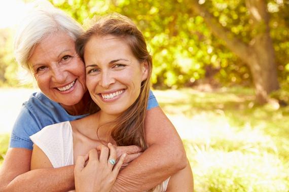 A népszerű tévhittel ellentétben a menopauza önmagában nem felelős a hízásért, noha a hormonháztartás változásai valóban közrejátszanak. A probléma inkább a korral lassuló emésztés, emellett az egyre kevesebb mozgásnak is szerepe van. A menopauza okozta hízás felismerhető arról, hogy a zsírréteg a derék környékén rakódik le a combok és a csípő helyett, ám ellenkező esetben valami más lesz a hibás.