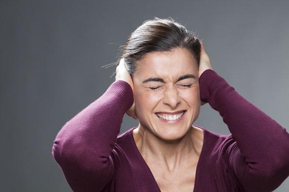 A stressz és a nagy terhelés képes a szervezetet pillanatok alatt túlélő üzemmódba kapcsolni. Az idegesség hatására felszabaduló kortizol - melyet stresszhormonként is emlegetnek - szintén növeli az étvágyat. Éppen ezért hajlamosak sokan nagyobb nyomás alatt felhagyni a fogyókúrával, a kalóriában gazdag, megnyugtató ételek kísértésének engedve. Próbáld meg a fogyókúra idejére kiiktatni a lehető legtöbb stresszforrást!