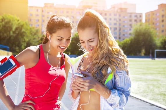 Amikor mozogsz, válaszd a megfelelő zenéket, még akkor is, ha csak sétálsz! A Brunel Egyetem és a Spotify kutatása szerint egyes rapzenék, 120-140 ütemmel percenként, a legjobbak a futás tempójának diktálásához, ám számos más jó lehetőség közül is választhatsz. Csak arra figyelj, hogy a zene viszonylag egyenletes ritmusú legyen, így folyamatosan gyorsabb, intenzívebb mozgásra sarkallhat anélkül, hogy erre odafigyelnél.