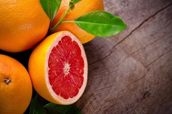 A grépfrút és más citrusgyümölcsök glutationt, C-vitamint és antioxidánsokat biztosítanak a szervezeted számára, ilyen módon segítik a máj enzimjeinek képződését. Ha nem szereted a grépfrútot magában enni, akkor elég, ha a gyümölcslébe vagy teába csavarsz egy keveset a levéből, melyben a máj tisztulását segítő hatóanyagok benne vannak, ám a salaktalanításban értékes rostok elvesznek, melyek a bélrendszerben fejtik ki hatásukat.