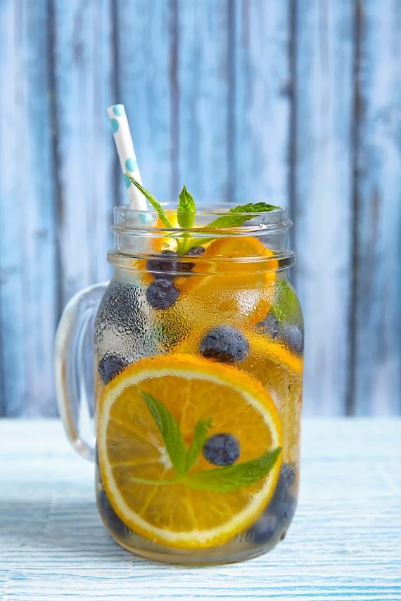 Isteni, rákellenes és rostjaival emésztést könnyítő italt készíthetsz egy-két nagy, felkarikázott narancsból és egy marék felezett kék áfonyából. Az ínyencebb ízek kedvelői akár mandarinnal is helyettesíthetik a narancsot, illetve étvágycsillapító hatású fahéjjal is fűszerezhetik a keveréket.