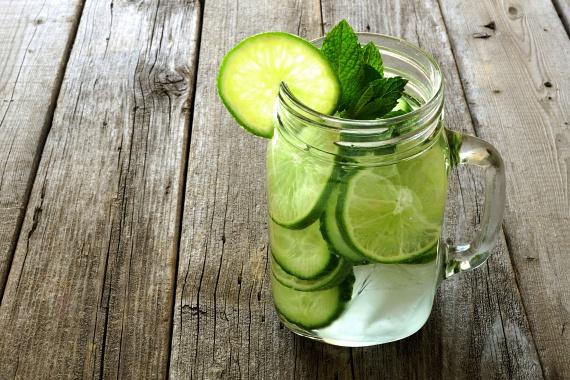 Egy fél felkarikázott kígyóuborka és egy citrom segítségével lúgosító italt állíthatsz össze, amely C-vitamint, vasat, foszfort, kalciumot, A-, B1- és B2-vitamint is tartalmaz, valamint könnyíti az emésztést.