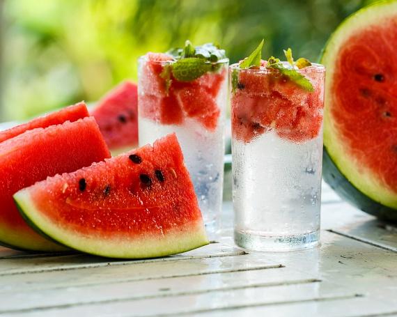 A legegyszerűbb diétás vizek egyikének elkészítéséhez nincs más dolgod, mint ízlés szerinti mennyiségben felkockázott görögdinnyét áztatni a vízbe. Itt többet is olvashatsz arról, hogyan méregteleníthetsz és fogyhatsz a különböző dinnyék segítségével.