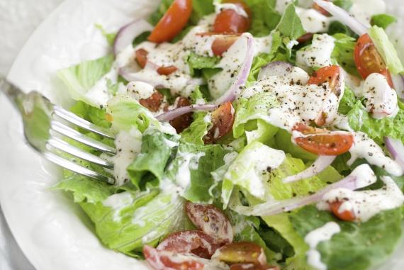 Az egyszerre hagymás és kapros ranch salátaöntet jól illik a legtöbb tavaszi salátához, ám evőkanalanként mintegy 70 kalóriával gazdagítja a zöldségeket. Ha csak lehet, itt is válaszd inkább elkészítéskor a light majonézt vagy a görögjoghurtot, és a fűszerporokat is cseréld friss összetevőkre, például zöldhagymára.                         Ha mégis egy magasabb kalóriatartalmú dresszinget készítesz vagy vásárolsz, akkor próbálj meg olyan összetevőket válogatni a salátába, amelyek alig, vagy gyakorlatilag nem tartalmaznak kalóriákat. Amennyiben szeretnél az ilyen alapanyagokról többet is megtudni, olvass tovább.