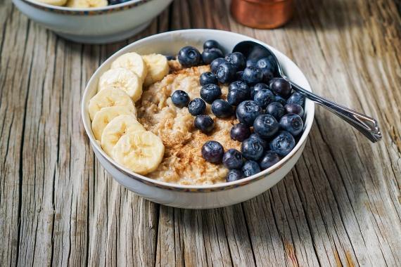 A zabkása reggelire az egyik legjobb választás. Magas rosttartalmát tovább fokozhatod hozzáadott friss gyümölcsökkel, aminek köszönhetően még finomabb lesz.