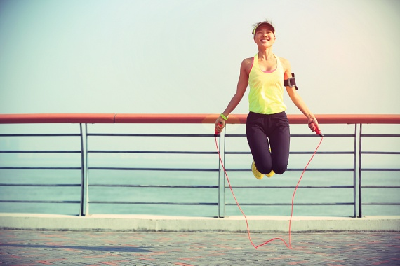 Az első és talán legfontosabb dolog, hogy rendszeresíteni tudd a testmozgást. Hetente csak egy teljes pihenőnapot tarts, a többi napon kösd a lábadra az edzőcipőt, és dolgoztasd meg az izmaidat, vagy legalább egy félórás intenzív sétát iktass be.Kevesen tudják, hogy a sport nemcsak a zsírégetéshez, hanem a megfelelő anyagcseréhez is elengedhetetlen. Így a mozgással rögtön két fronton indítasz harcot a felesleg ellen.