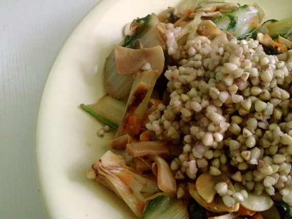 Hajdina                         Ha a rizshez és más gabonákhoz hasonló köretre vágysz, akkor sem kell lemondanod a változatos ételekről. A hajdina például amellett, hogy gluténmentes, hihetetlenül sok tápanyagot és vitamint tartalmaz, amellyel az emésztésre is kedvező hatással van. Az elkészítése is gyors: a magokat kétszeres vízben puhulásig kell párolni, majd tetszés szerint ízesíteni.