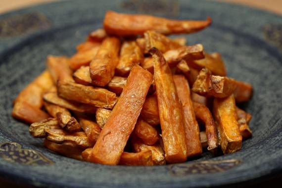 Zöldségekből nagyszerű rizst és krumplit pótló köretet készíthetsz, ha egyszerűen olajban kisütöd őket. Ehhez ideális lehet az édesburgonya vagy a répa, sőt, akár házi chipset is csinálhatsz hirtelen kisütött kelkáposztalevelekből vagy vékonyra vágott cukkiniszeletekből. Ezek rosttartalmuk miatt laktatnak annyira, mint a klasszikus köretek, ám jelentősen csökkentik a szénhidrát- és kalóriamennyiséget, megkétszerezve ezzel a fogyást.
