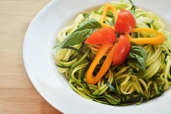 Álcázd tésztának a zöldségeket, így a tésztaköretet könnyen kiiktathatod, és a kedvenc szószaidat sem egy nagy adag szénhidrátra fogod ráborítani, hanem csupa egészséges, béltisztító rostra. Ideális lehet áltészta készítéshez a cukkini, a retek, a répa vagy az édesburgonya, sőt, akár a könnyen tésztává alakítható spagettitökkel is próbálkozhatsz.