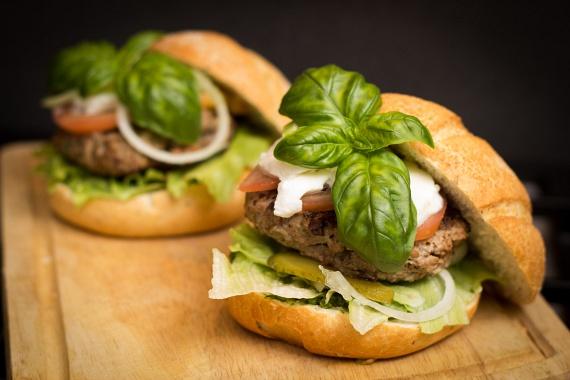 A vegetariánusoktól megtanulhatod, hogy a zöldségekkel akár a húsokat is pótolhatod, vagy éppen a kenyeret. Ahelyett azonban, hogy mindent szójából készítenél, próbáld ki a babból és magvakból készült húspogácsát vagy az ízletes, friss salátalevelekbe tekert szendvicset, melyekkel sok kalóriát, zsírt és szénhidrátot iktathatsz ki. Ha ez nem nyerte el a tetszésed, akkor pedig akár felezve is keverheted a zöldségeket darált hússal, így készíthetsz fele csirke, fele cukkini fasírtot vagy gombás, marhahúsos húsgombócot.