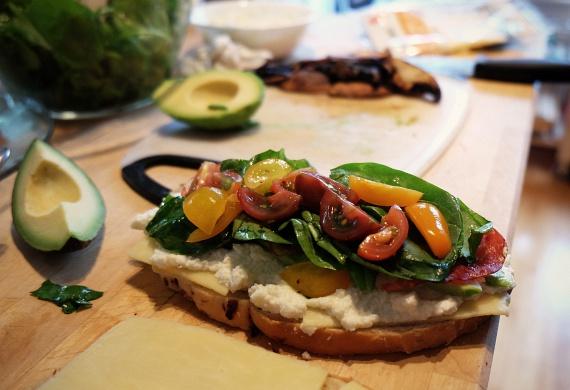Púpozz zöldségeket bátran a szendvicseidre, így a sonka és a sajt ízét fantasztikus új dolgokkal dobhatod fel. Próbálgasd a különböző leveles zöldségeket vagy a gyakran szuperételként emlegetett zöldségcsírákat, míg meg nem találod a kedvenc ízkombinációdat!