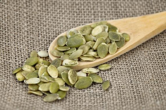 A tökmag magas olajtartalma miatt kalóriákban is gazdag, ez azonban nem jelenti azt, hogy ne lehetne a fogyókúra értékes része, ha megfelelő mennyiségben fogyasztod. A magocska cinktartalma segít a szervezetednek a fogyáshoz és izomépítéshez is nagyon fontos hormon, a tesztoszteron egészséges előállításában, sőt, fehérjékkel is ellát. Szórj belőle naponta egy evőkanállal salátákra, joghurtokra, keverd a zabpelyhedbe, vagy két evőkanálnyi héjas magot pucolgass meg nassolnivalóként, így lassabb, kielégítőbb a rágcsálás! A megadott mennyiséget azonban ne haladd meg, mert a tökmagban valóban sok a kalória!