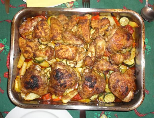 Fűszeres tepsis csirkedarabok hatféle zöldséggel