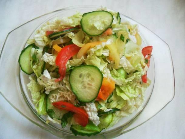 Pirított csirkemellcsíkok mediterrán salátával