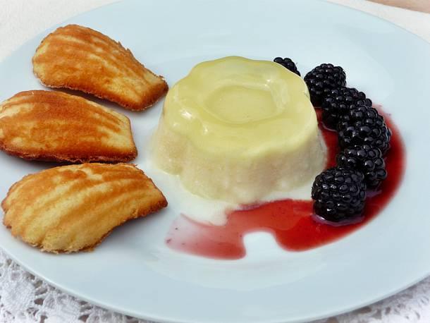 Citromos panna cotta szederrel és mézes-madeleine-nel