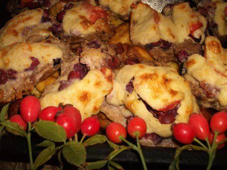 Lilahagymás, főtt tarjás, szőlővel töltött karaj besameltakaróval