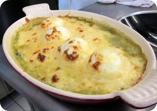 Toscan buggyantott tojás spenótágyon, sajtköntösben